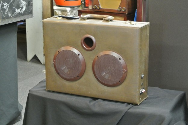 BROWN STEEL PULSE SONIC SUITCASE SPEAKER